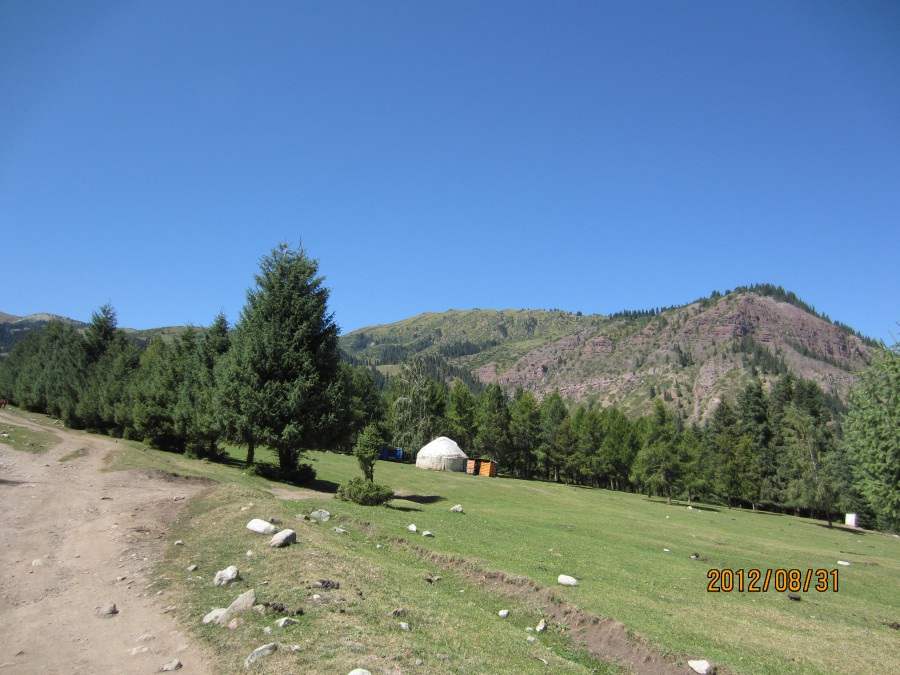 Krajobraz okolicy Dżeti-Ögüz w górach Terskej Ałatau. Zdjęcie Joli autorki bloga o języku kirgiskim